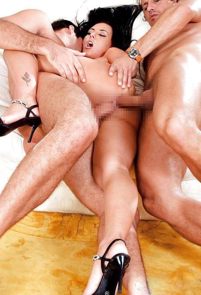 крупные дольки, порно зрелые в тройном сцене, где героиня